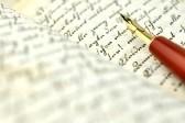 8509376 stylo plume sur un vieux journal